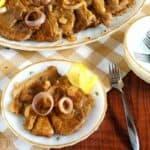 receita de bistek de porco no prato com garfo