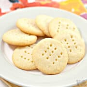 gluten free keto shortbread cookies in circle on plate